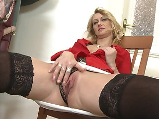 Scrawny mature amateur MILF babe stuffs her pussy with a dildo
