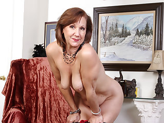 American gilf Penny gives her ancient pussy the finger treatment